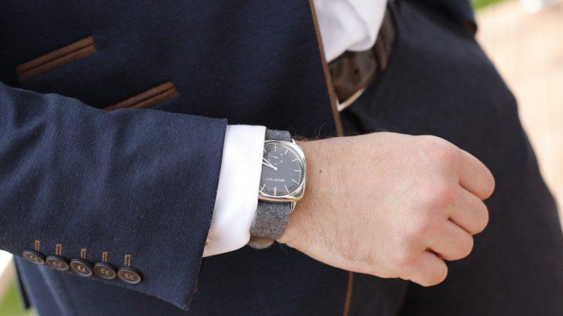 На какой руке носят часы
